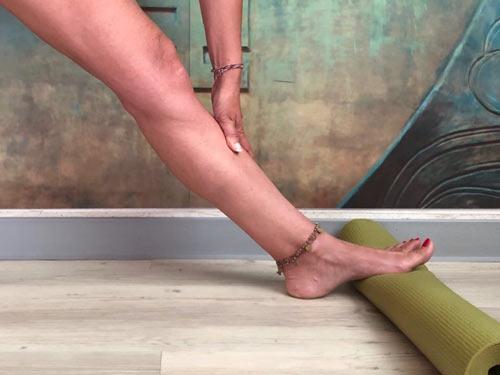 Detalle del pie sobre la esterilla enrollada