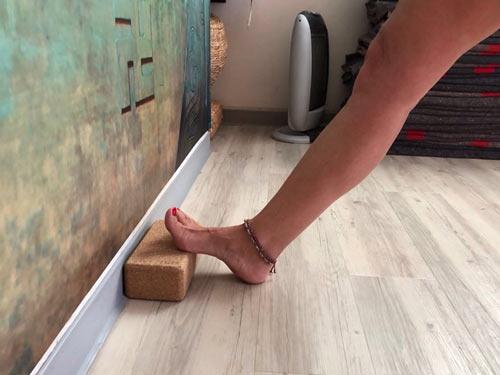 Detalle del metatarso del pie sobre el ladrillo