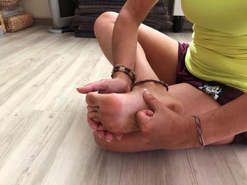 Masaje nudillar en la planta del pie
